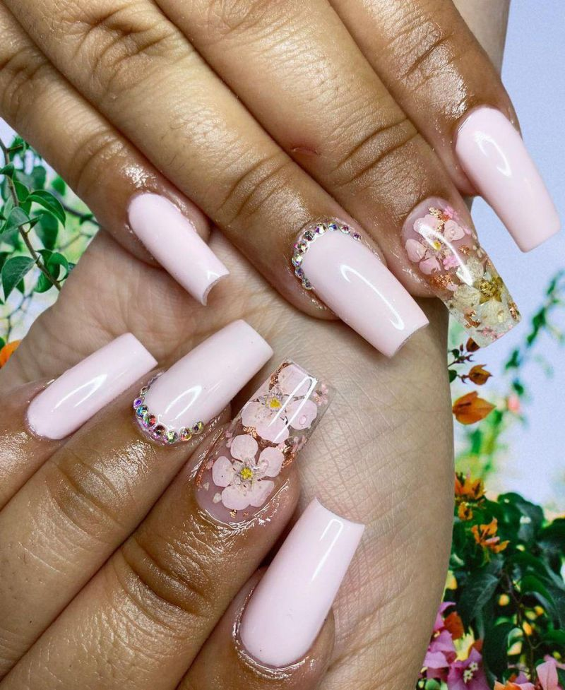 30 Elegant Dried Flower Nail Art Designs You Will Love
